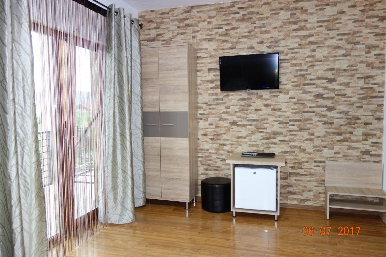 Fotogafie detaliu terasa/balcon, televizor si mini-frigider