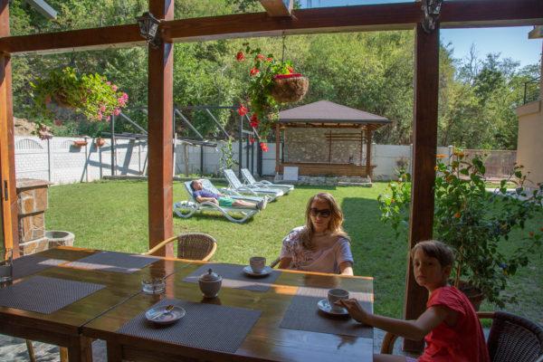 familia la terasa si in curte la soare